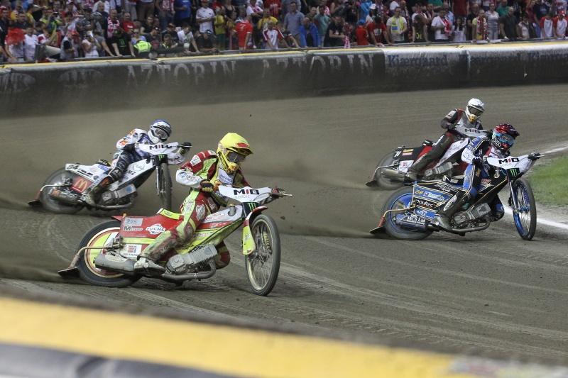 Václav Milík (žlutá) jde za vítězstvím před Jasonem Doylem (červená), Martinem Smolinskim (modrá) a Maciejem Janowskim (bílá)