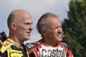 Paul Ager a Anton Schreiner sledují své soupeře na ovále