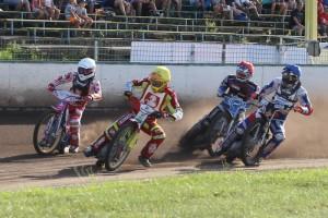 Václav Milík (žlutá) letí do čela čtvrté jízdy před Adriana Galu (bílá), Matěje Kůse (modrá) a Zdeňka Simotu (červená)