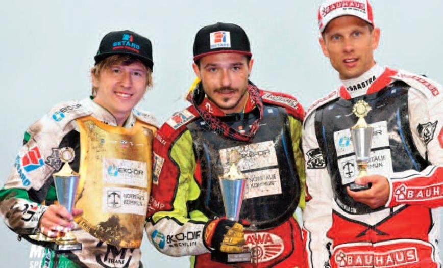Andrzej Lebeděvs, Václav Milík a Andreas Jonsson stojí na stupních vítězů