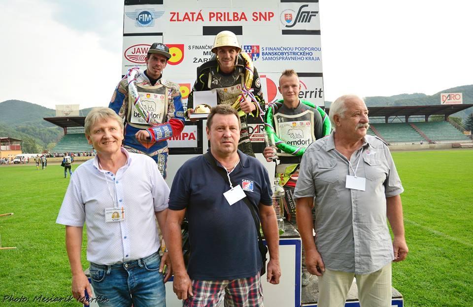 Matěj Kůs, Martin Vaculík a Krystian Pieszczek stojí na stupních vítězů