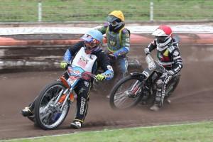 Martin Švestka (modrá) zatím jede první před Františkem Klierem (žlutá) a Radkem Podhadským (červená)