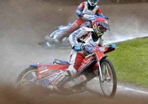 Filip Hájek jezdí před svým kolegou Petrem Chlupáčem