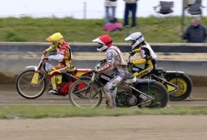 Václav Milík (žlutá) míří k třetímu vítězství před Hynkem Štichauerem (červená) a Michalem Škurlou (bílá)