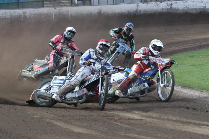 Matěj Kůs (červená) bojuje s Adrianem Galou (bílá) před zraky Patrika Mikela (bílá) a Michala Dudka (modrá)