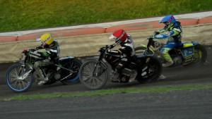 Josef Franc (červená) ve finále podjíždí Huberta Legowika (modrá) a Larse Skupiene (žlutá)