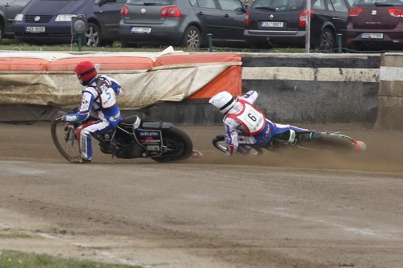 Dramatická koncovka souboje druhé jízdy - Matěj Kůs se definitivně odstává do čela, zatímco Hynek Štichauer padá