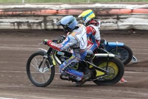 Michal Škurla (modrá) nedokázal udržet Petra Chlupáče (žlutá)
