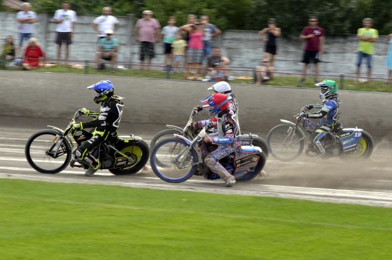 Semifinále číslo jedna: Martin Vaculík (modrá) a Matěj Kůs (bílá) jdou do vedení před Nicolase Covattiho (červená) a Juricu Pavlice (zelená)