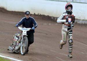 Ján Mihálik pádí do depa, zatímco motocykl se zadřeným motorem tlačí jeho bratr Jozef