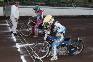 Pod tlakem času si Jaroslav Vaníček (žlutá) a Daniel Klíma (modrá) nestačili ani vyměnit povlaky pro rozjezd