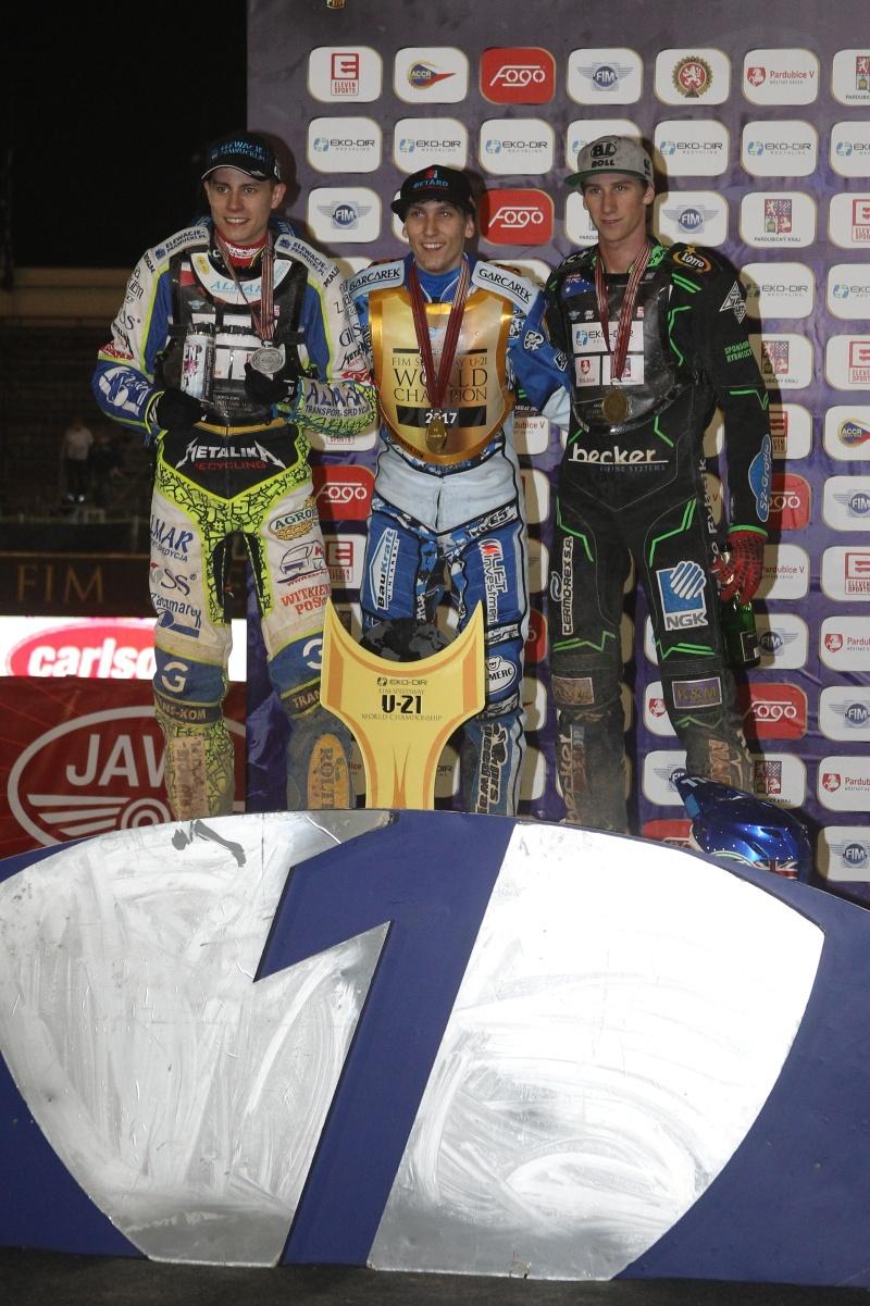 Konečné pořadí šampionátu: zleva Bartosz Smektala, Maksym Drabik a Max Fricke