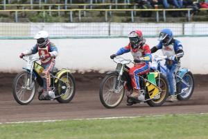 Jan Jeníček (bílá) se dostává do vedení před Danielem Klímou (červená) a Vojtěchem Zamazalem (modrá)