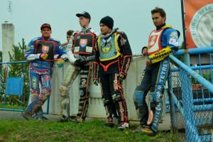 Jakub Valkovič, Ján Mihálik, Pavel Čermák a Josef Novák čekají na začátek závodu v sychravém odpoledni