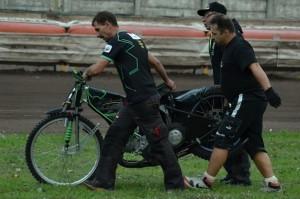 Robert Chmiel naštěstí vyvázl z pádu s mešními šrámy než jeho motocykl