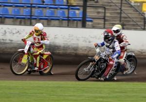 Matěj K§s (červená) v sedle rezervního motocyklu svádí statečný boj s Václavem Milíkem (bílá) a Stanislawem Burzou (žlutá)