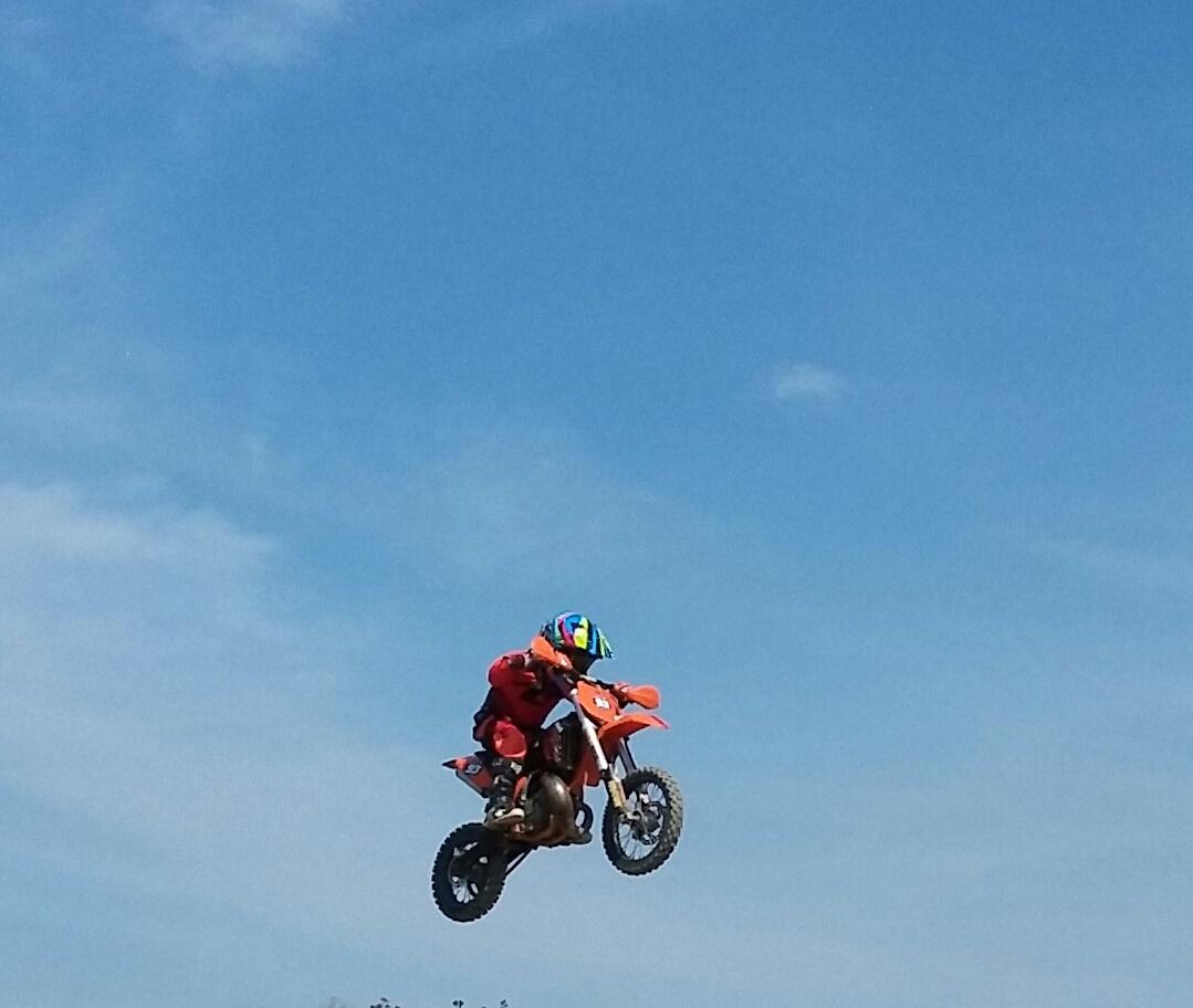 Adam Nejezchleba včera trénoval na motokrosové dráze