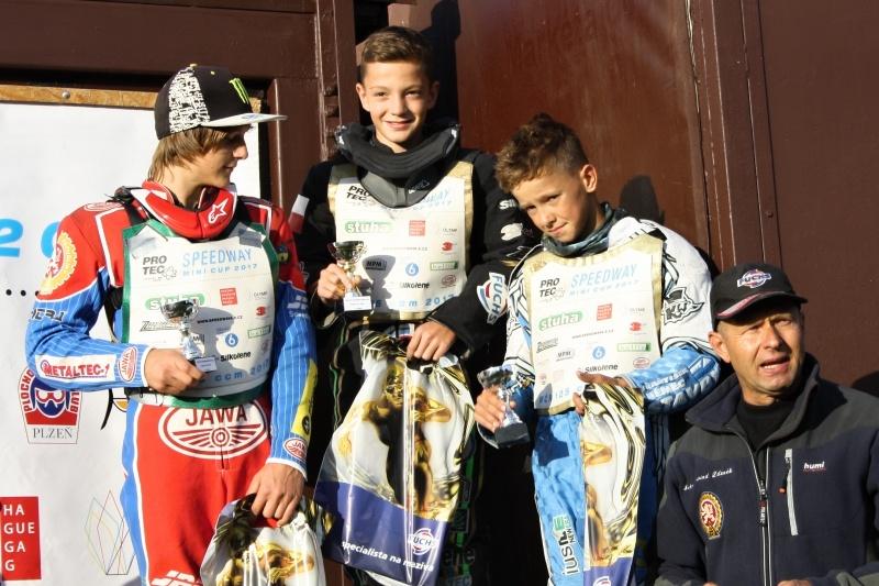 Daniel Klíma, Pavel Kuchař a Jaroslav Vaníček stojí na stupních vítězů po boku Zdeňka Schneiderwinda