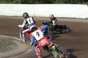 Pavel Kuchař (5) se ujímá vedení před Lukášem Vinterem (1) a Danielem Klímou (9)