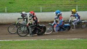 Rozjížďka s číslem osmnáct: vede Michal Dudek (bílá) před Martinem Mejtským (červená), Petrem Chlupáčem (modrá) a Jakubem Valkovičem (žlutá)