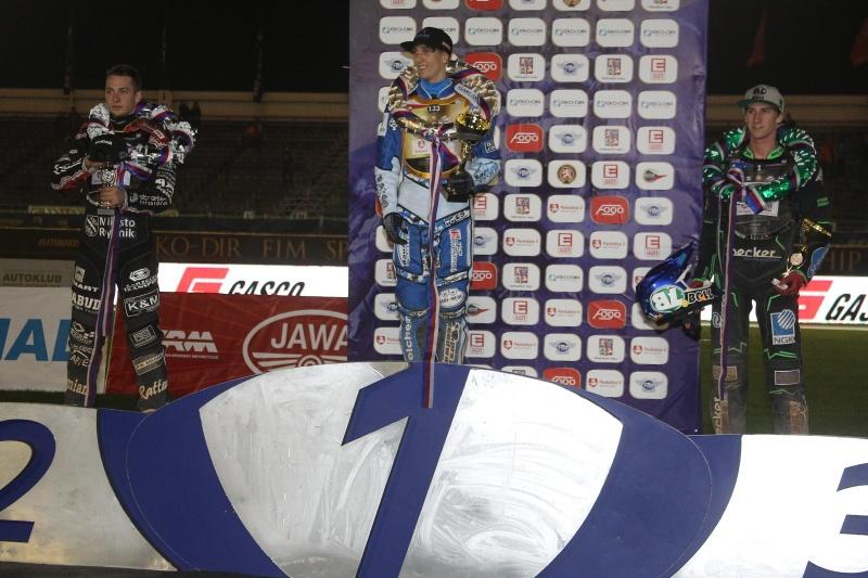 Kacper Woryna, Maksym Drabik a Max Fricke stojí na stupních vítězů