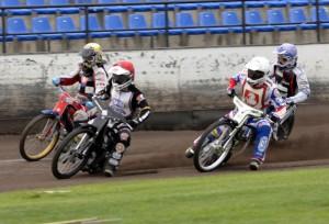 Josef Franc (červená) jde do čela první jízdy před Filipa Hájka (žlutá), Hynka Štichauera (bílá) a Zdeňka Simotu (modrá)