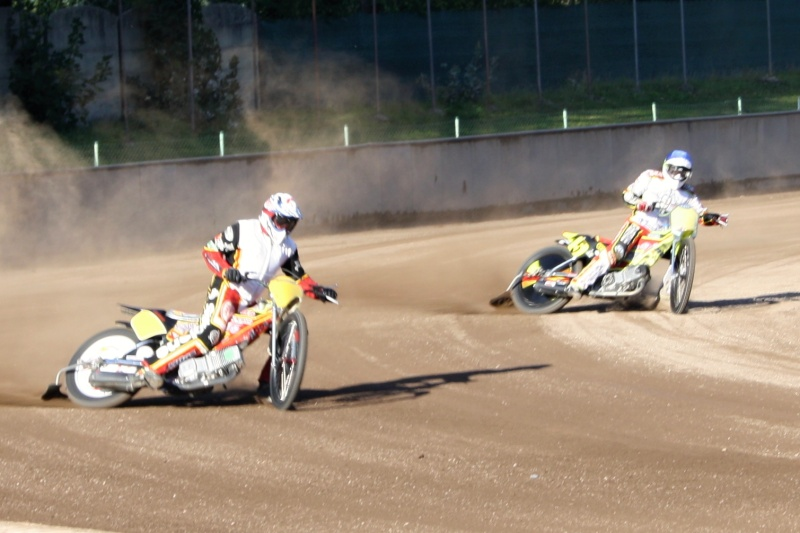 Premiéra dlouhodrážních motocyklů v Liberci - Roman Tomany jede před Sjoerdem Rozenbergem