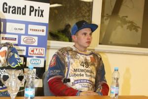 Eduard Krčmář na včerejší tiskové konferenci, zablácený, ale spokojený