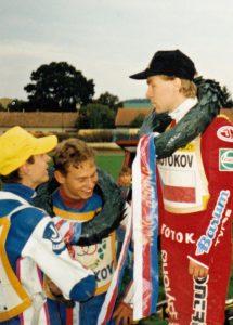Září 1995, Březolupy: Richard Wolff stojí s Martinem Kubešem a Bohumilem Brhelem na nejnižším stupínku šampionát dvojic