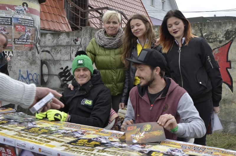 Václav Milík se fanouškům podepisoval již v Žarnovici, kde usedl ke stejnému stolu s Martinem Vaculíkem