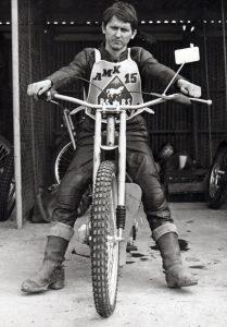 Zdeněk Majstr s pověstným zpětným zrcátkem na řidítkách svého motocyklu