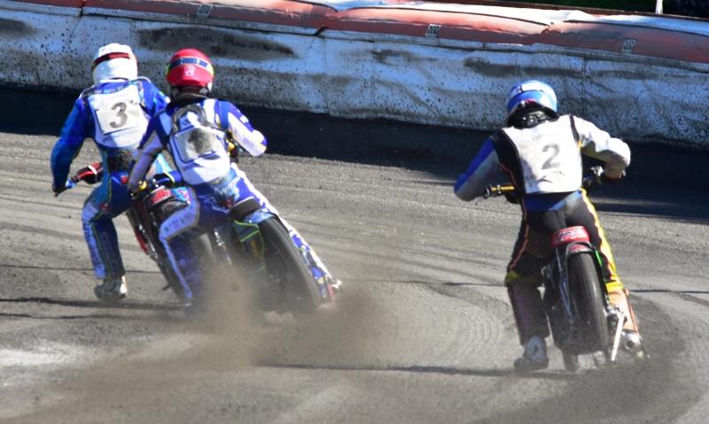 Jan Kvěch (bílá) odstartoval před Petrem Chlupáčem (červená) a Jakubem Sázovským (modrá)