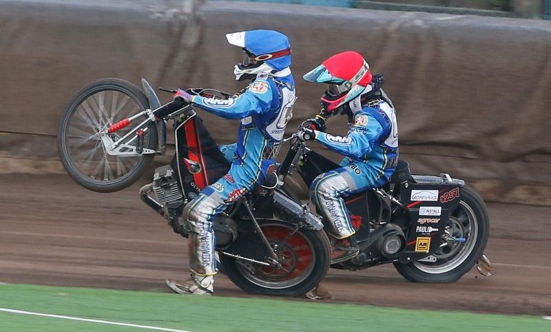 Dramatický duel Jana Kvěcha (modrá) a Jana Macka (červená)