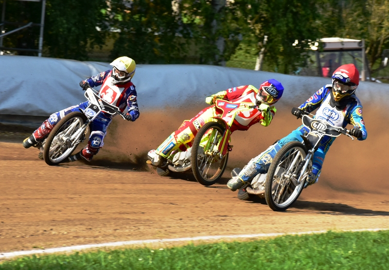 Jaroslav Vaníček (červená) pádí před zkušené Václava Milíka (modrá) a Hynka Štichauera (žlutá) jakoby se nechumelilo